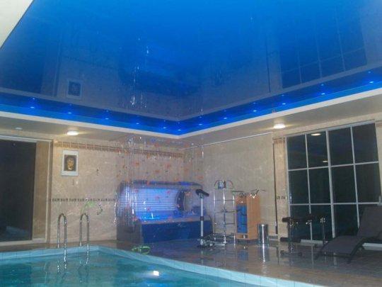 Синий натяжной потолок в бассейне