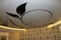 Многоуровневый натяжной потолок для гостиной