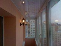 Балкон с глянцевым натяжным потолком