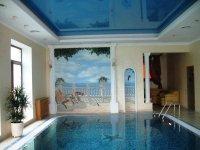 Бассейн с синим натяжным потолком