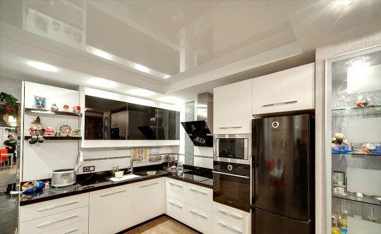 Белый глянцевый потолок для кухни