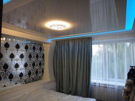 Белый глянцевый потолок для спальни