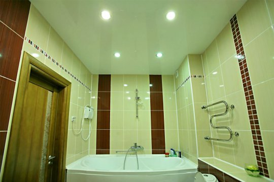Белый глянцевый потолок для ванной