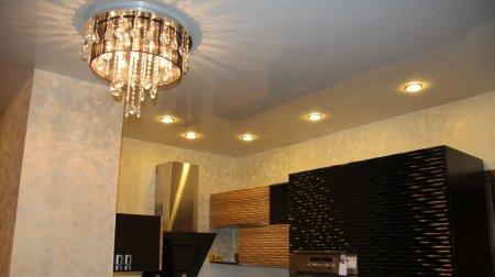 Белый глянцевый потолок с люстрой