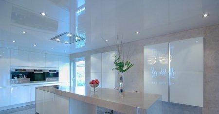 Белый глянцевый потолок в кухне
