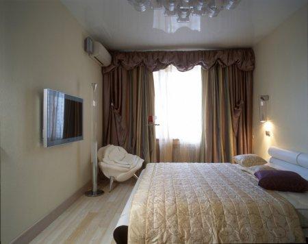 Белый глянцевый потолок в спальне