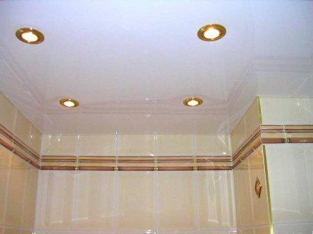 Белый глянцевый потолок в ванной комнате