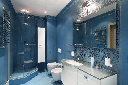 Белый глянцевый потолок в ванной