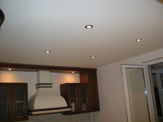 Белый матовый потолок на кухне