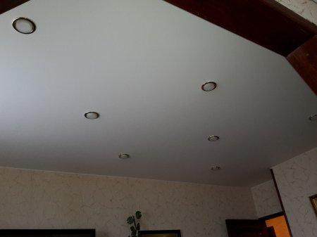 Белый матовый потолок в офисе