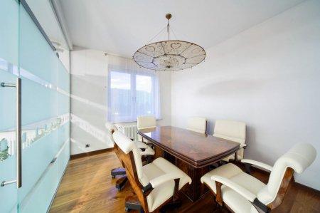 Белый матовый потолок в офисном помещении
