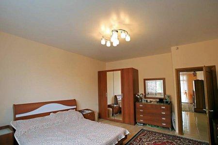 Белый матовый потолок в спальне