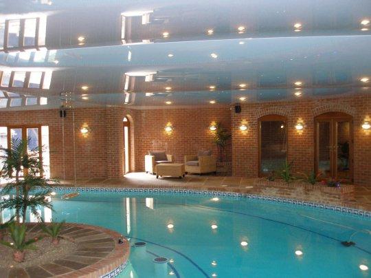 Белый натяжной потолок для бассейна