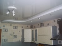 Белый натяжной потолок в кухне