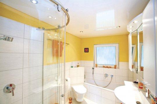 Белый натяжной потолок в ванной комнате