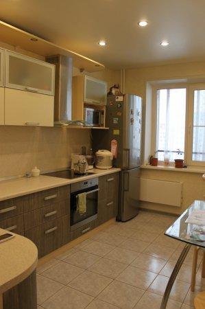 Белый сатиновый потолок на кухне
