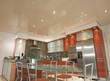 Бежевый глянцевый потолок для кухни