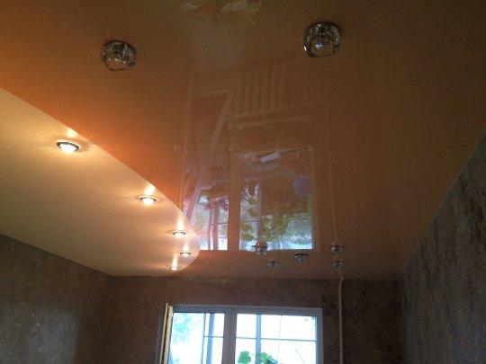 Бежевый глянцевый потолок для спальни