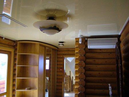 Бежевый глянцевый потолок в прихожей