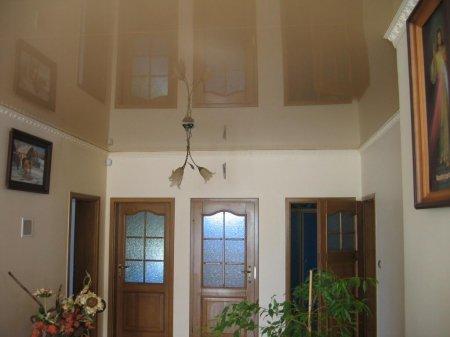 Бежевый натяжной потолок для прихожей