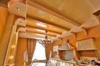 Бежевый натяжной потолок в кухне
