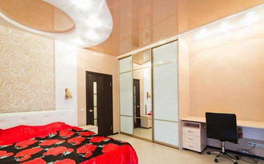 Бежевый натяжной потолок в спальне