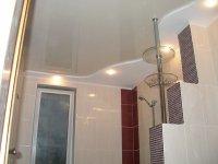 Бежевый натяжной потолок в ванной комнате