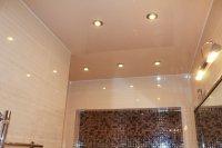 Бежевый натяжной потолок в ванной