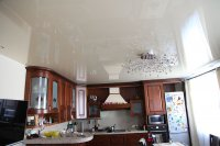 Бежевый потолок на кухне с люстрой