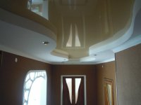 Бежевый потолок в прихожей