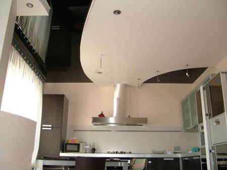 Черно-белый натяжной потолок для кухни