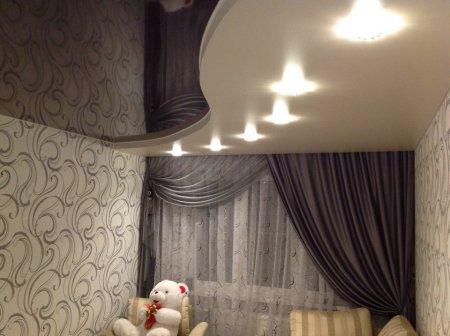 Черно-белый натяжной потолок в спальне