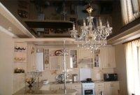 Черный глянцевый потолок для кухни