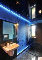 Черный натяжной потолок для ванной комнаты