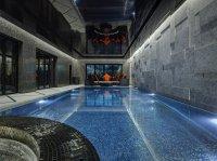 Черный натяжной потолок в бассейне