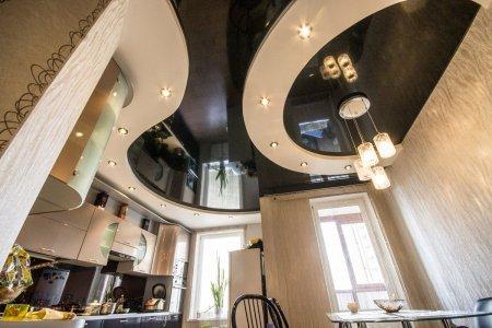 Черный натяжной потолок в кухне