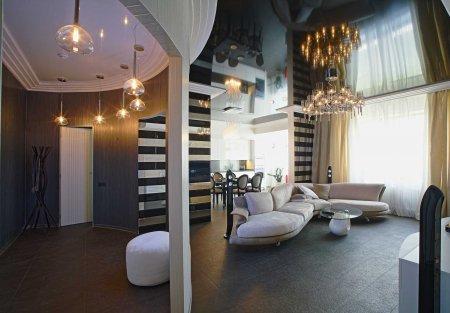 Черный натяжной потолок в студии с люстрой