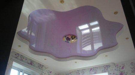 Детская комната с фиолетовым потолком