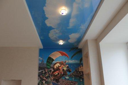 Детская комната с фотопечатью на потолке