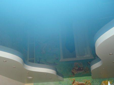 Детская комната с голубым натяжным потолком