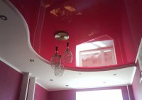 Детская комната с розовым потолком