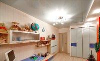 Детская с белым глянцевым потолком