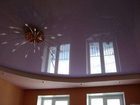 Детская с фиолетовым потолком и люстрой