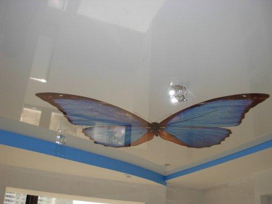 Детская с фотопечатью бабочки на потолке