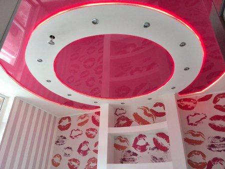 Детская с розовым натяжным потолком