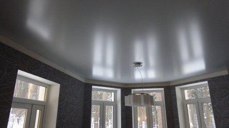 Фактурный натяжной потолок в гостиной