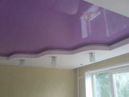 Фиолетовый глянцевый потолок в гостиной