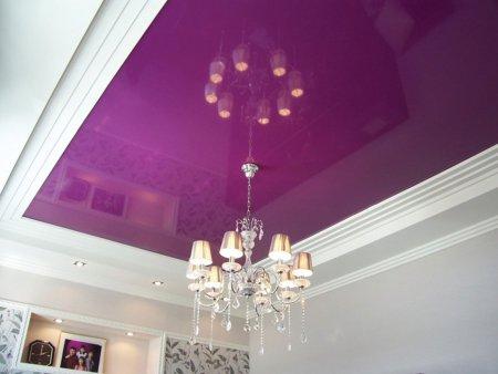 Фиолетовый натяжной потолок в гостиной