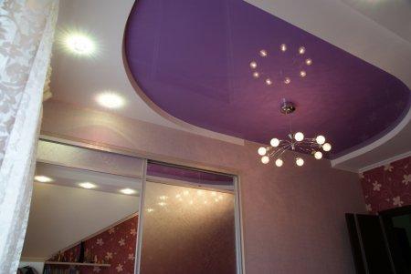 Фиолетовый натяжной потолок в спальне