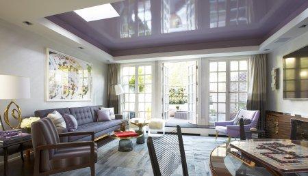 Фиолетовый потолок в гостиной